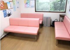 待合室にはピンクのおしゃれなイスが置いてあります